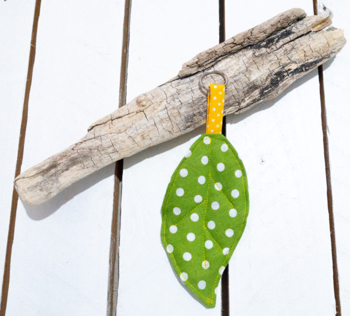 Artesania zeleni privjesak za ključeve s točkicama u obliku lista