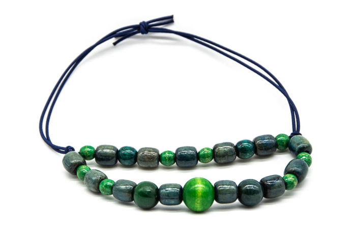 Ručno rađena ogrlica od zelenih drvenih kuglica poredanih u dva reda