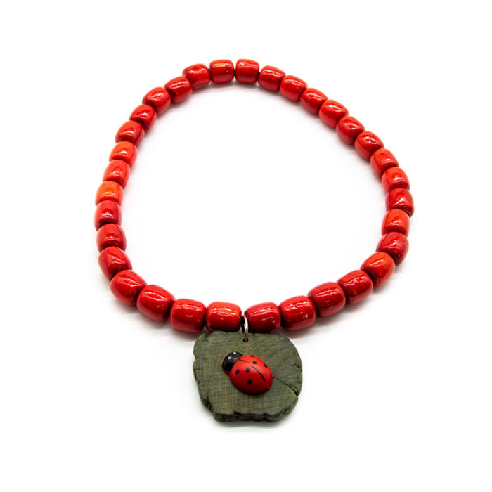 Crvena drvena ogrlica s bubamarom na drvenom privjesku