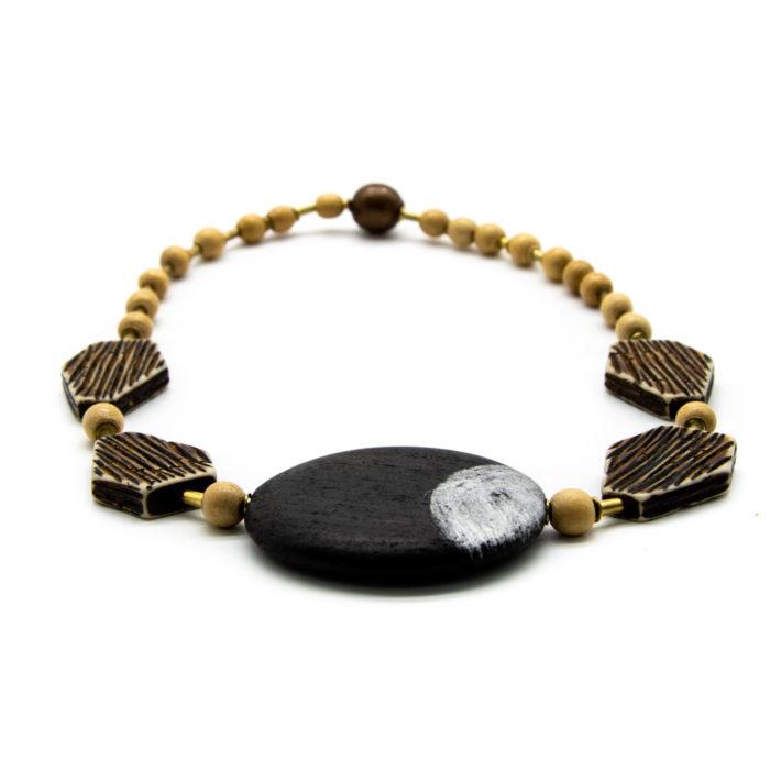 Drvena ogrlica s raznim elementima na bijeloj pozadini