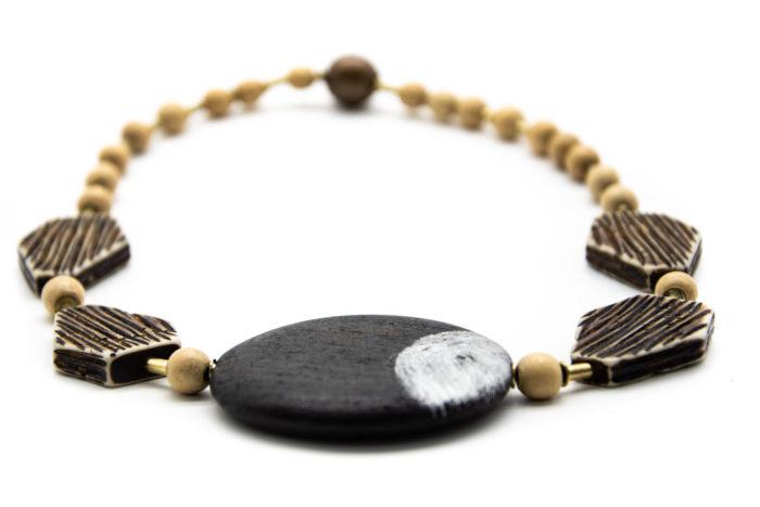 Drveni crni krug na ručno rađenoj drvenoj ogrlici s ostalim raznim oblicima