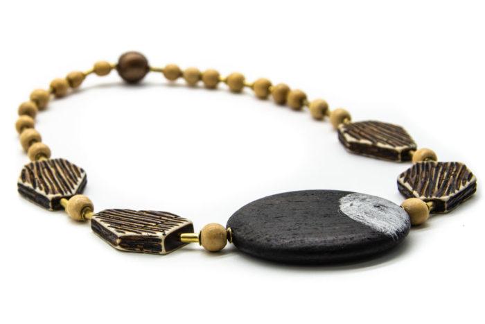 Ručno rađena drvena ogrlica s drvenim privjeskom crne boje i ostalim raznim drvenim elementima