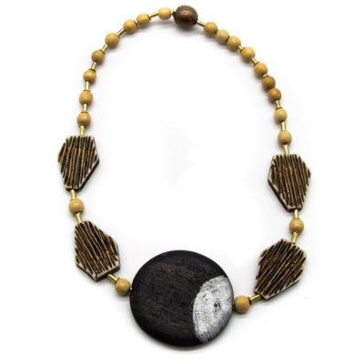 Ručno izrađena oglrica s raznim drvenim kuglicama i drvenim crnim krugom