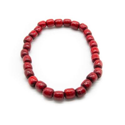 Ogrlica od drvenih crvenih kuglica na bijeloj pozadini