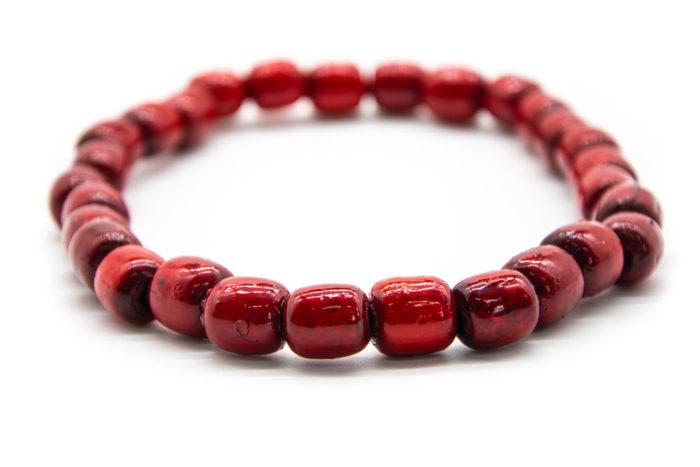 Crvena ogrlica ručno izrađena od drvenih kuglica