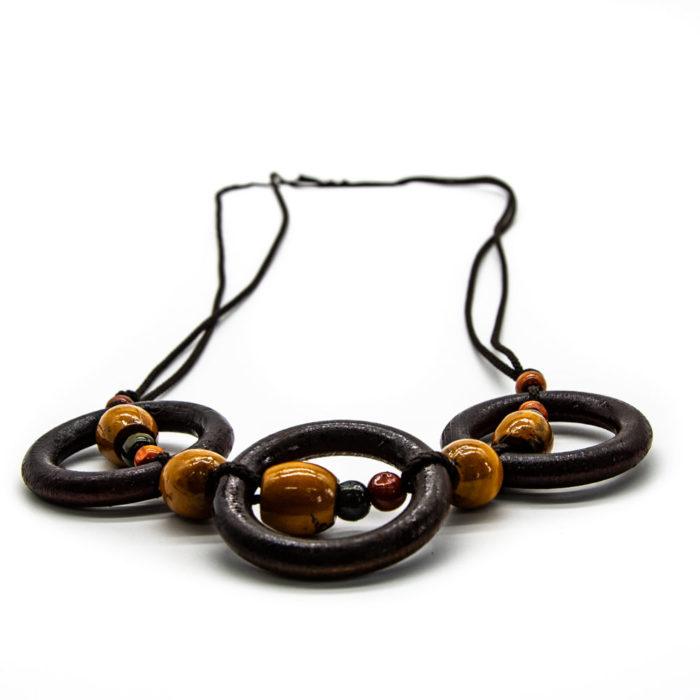 Privjesci drvenih krugova na ogrlici od špage ispunjena žutim krugovima