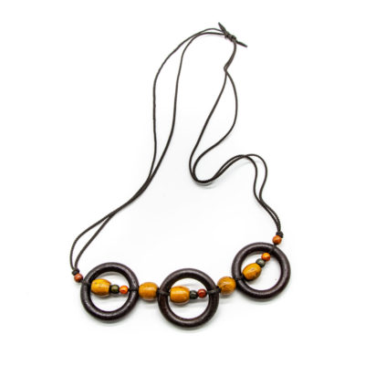 Ogrlica od špage s 3 drvena kruga i žutim kuglicama