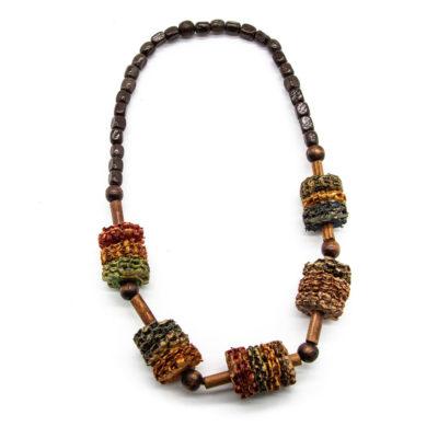 Ručno rađena ogrlica s drvenim kuglicama i okominjem od kukuruza