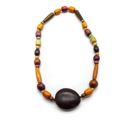 Ručno izrađena drvena ogrlica s različitim oblicima i privjeskom crnog drvenog kruga