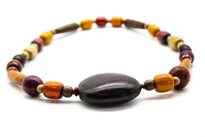 Drveni crni privjesak na ogrlici od raznih drvenih elemenata u bojama