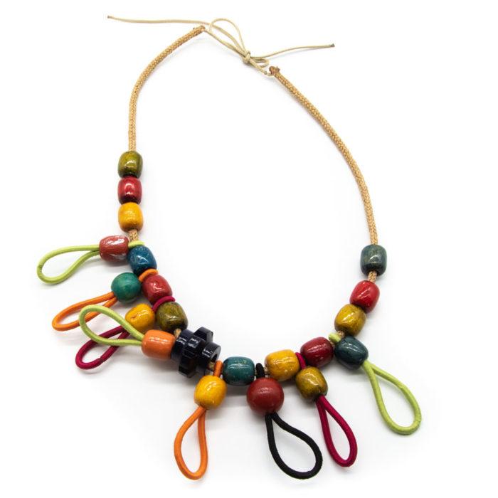 Ogrlica na špagici od drvenih kuhlica i elastičnih vezica raznih boja