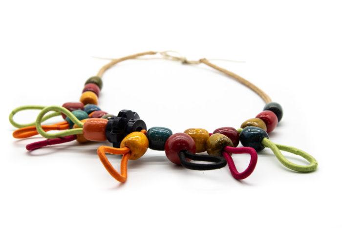 Drvene kuglice i elastične vezice poredanih na ogrlicu