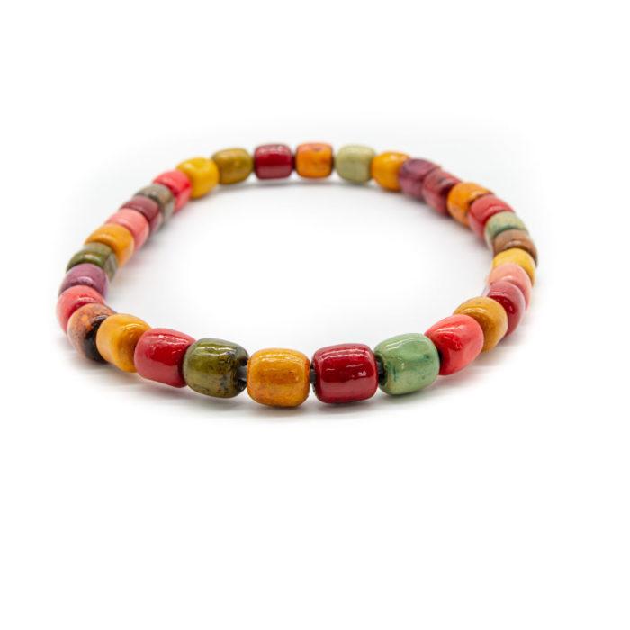 Drvena ogrlica od ručno bojanih šarenih kuglica na bijeloj pozadini