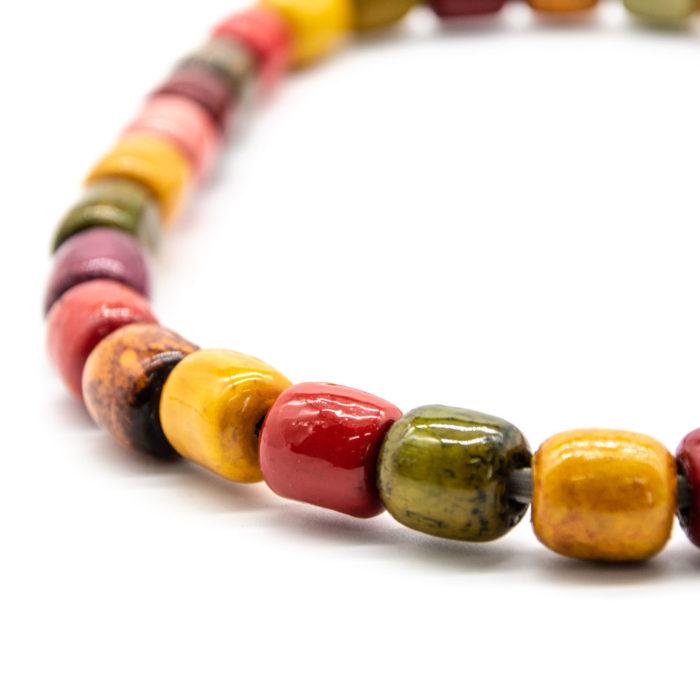 Drvene kuglice raznih boja s ručno rađene ogrlice