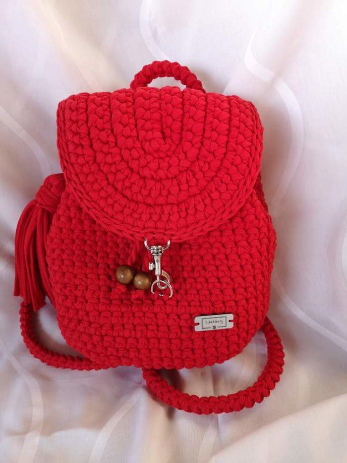 Gita crveni heklani ruksak na bijeloj podlozi