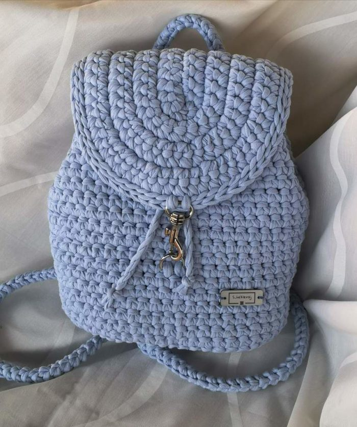 Gita sivi ručno heklani ruksak na bijeloj podlozi