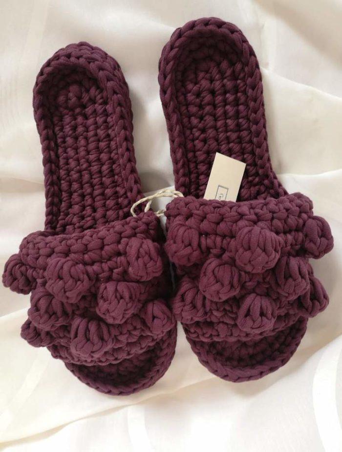 Bordo heklane papuče s heklanim gombicama na bijeloj podlozi