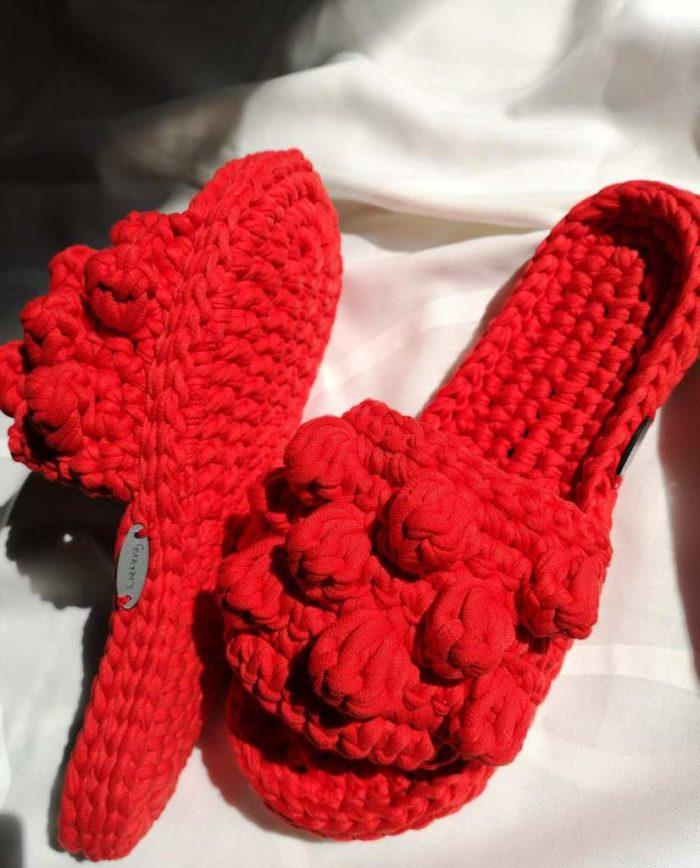 Crvene heklane papuče s heklanim gombicama na bijeloj podlozi
