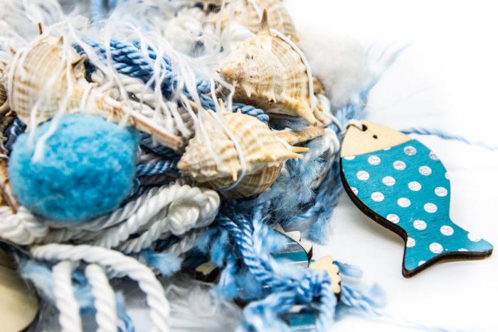 Ručno rađeni drveni privjesak ribice na ogrlici od školjki i pompoma