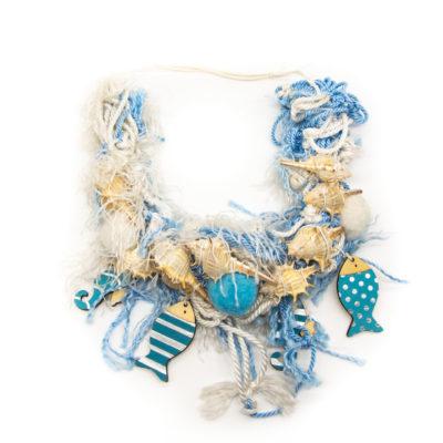 Ogrlica od ribarske mreže sa školjkama i drvenim privjescima ribica i morskih konjića
