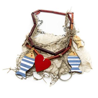Ogrlica od bambusovih štapića sa čipkom, drvenim ribicama i srcem