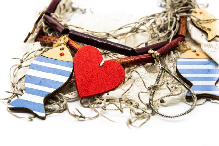 Privjesak srca i ribica na drvenoj ogrlici od bambusovih štapića