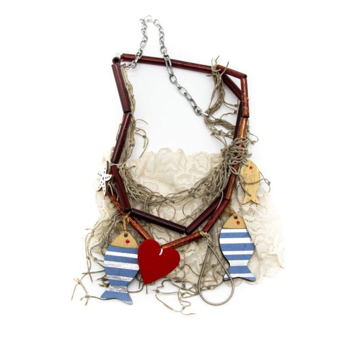 Ogrlica od bambusovih štapića, čipke, i ručno rađenih drvenih ribica i srca