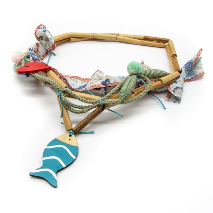 Drveni privjesak ribice na ručno rađenoj ogrlici s drvenim elementima