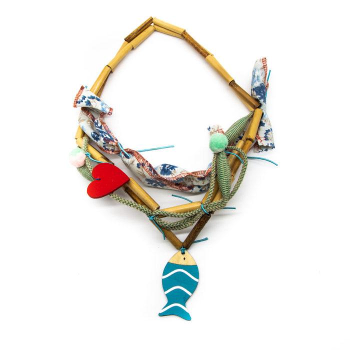Ogrlica od drvenih elemenata s privjeskom ribice na bijeloj pozadini