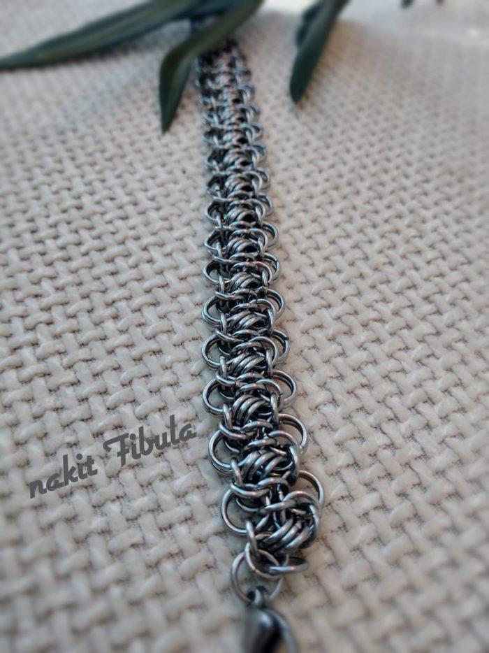 Narukvica od nehrđajućeg čelika by Nakit Fibula na dekorativnoj pozadini