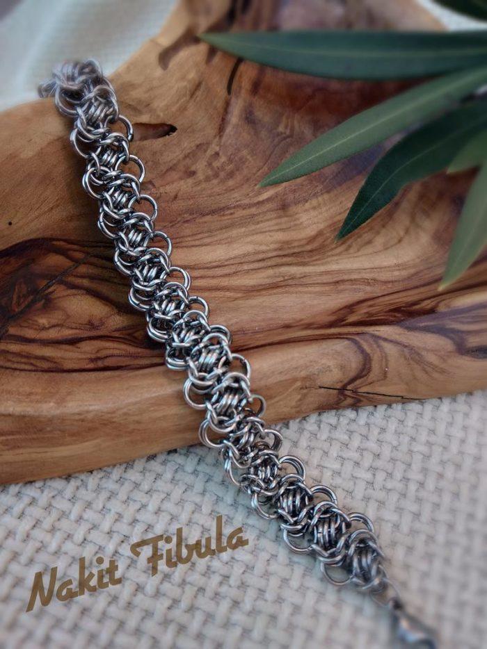Narukvica od nehrđajućeg čelika by Nakit Fibula na drvenom podmetaču