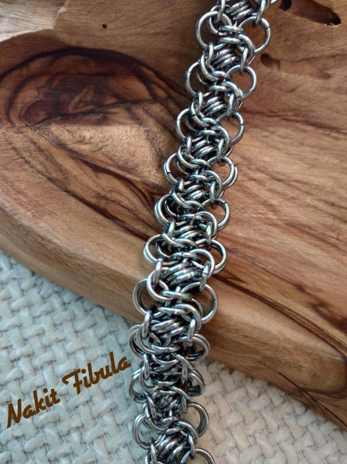 Narukvica od nehrđajućeg čelika by Nakit Fibula na drvenoj dekorativnoj pozadini