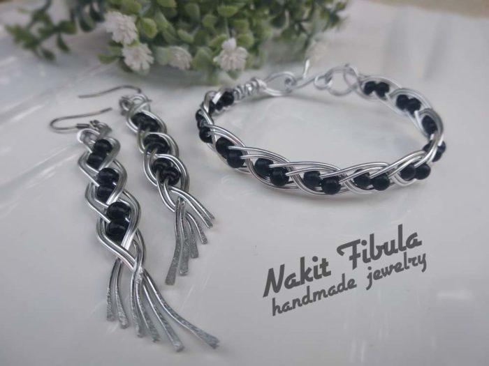 Naušnice i narukvice anđeoska krila u crnoj boji by Nakit Fibula na bijeloj pozadini