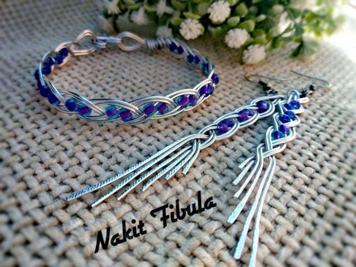 Naušnice i narukvice anđeoska krila u plavoj boji by Nakit Fibula na dekorativnoj pozadini