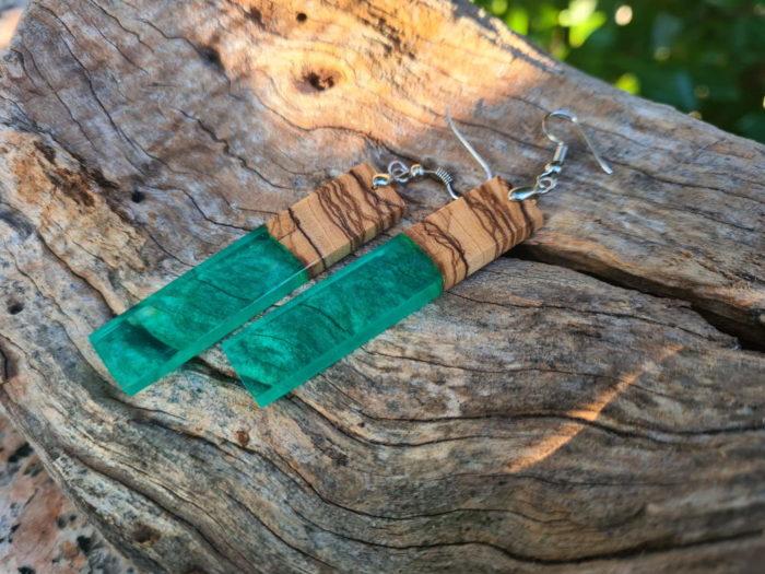 Ručno rađene zelene naušnice na podlozi od drvene kore