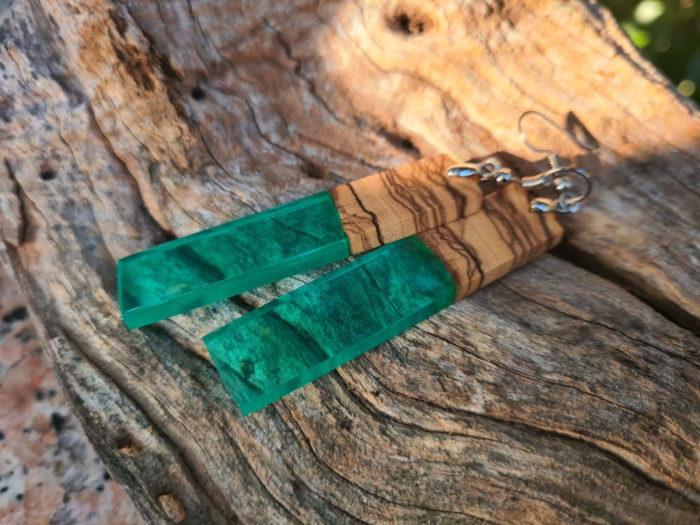 Naušnice od zelene epoxy smole i drva masline na podlozi od drvene kore
