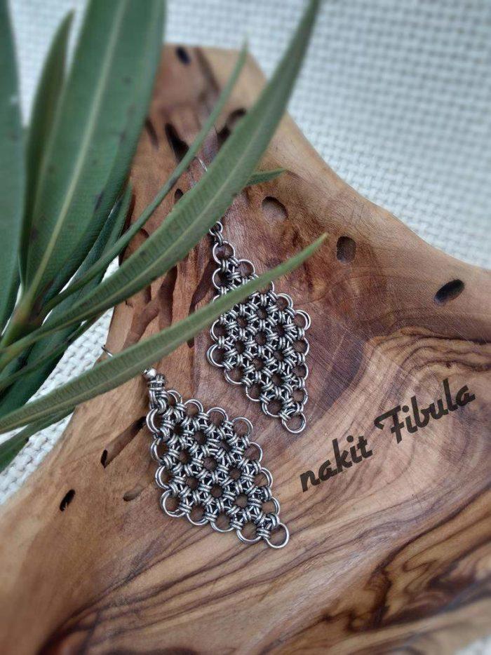 Naušnice od nehrđajućeg čelika by Nakit Fibula na dekorativnoj drvenoj pozadini