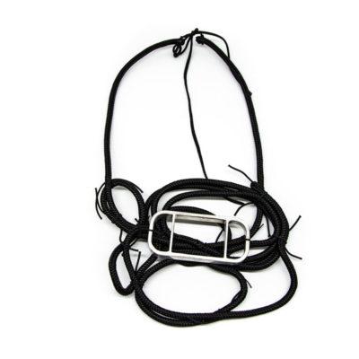 Ogrlica izrađenja od konopa, vezana čvorima s privjeskom pravokutnika od aluminija