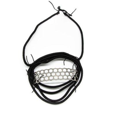 Ogrlica od konopa s dodanim elementom prokropa na bijeloj pozadini