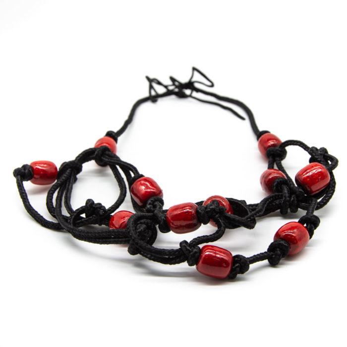 Ogrlica od crvenih kuglica na crnom konopu