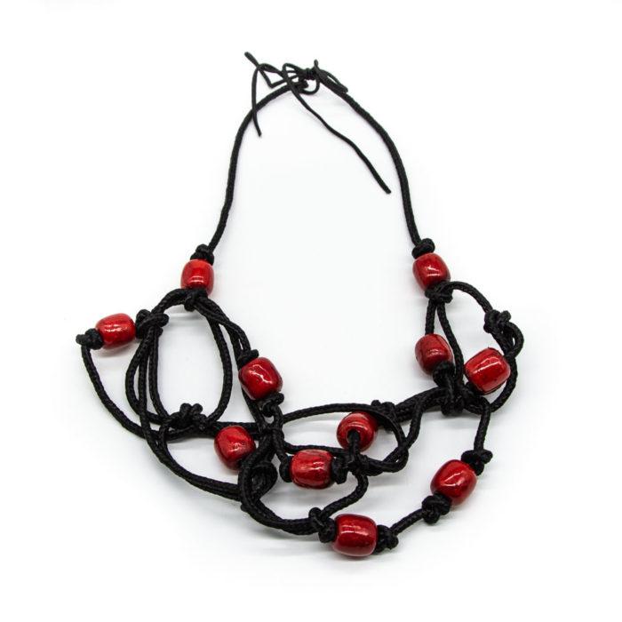 Ogrlica od konopa s dodanim drvenim crvenim kuglicama
