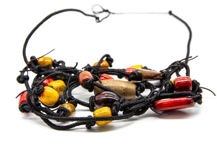 Drveni bojani elementi na ručno rađenoj ogrlici od konopa