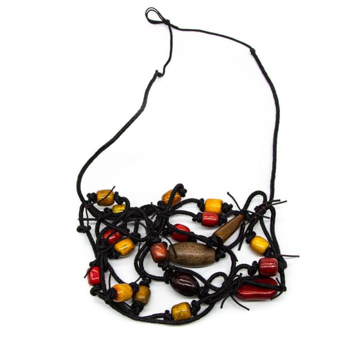Ogrlica od konopa s dodanim drvenim bojanim elementima