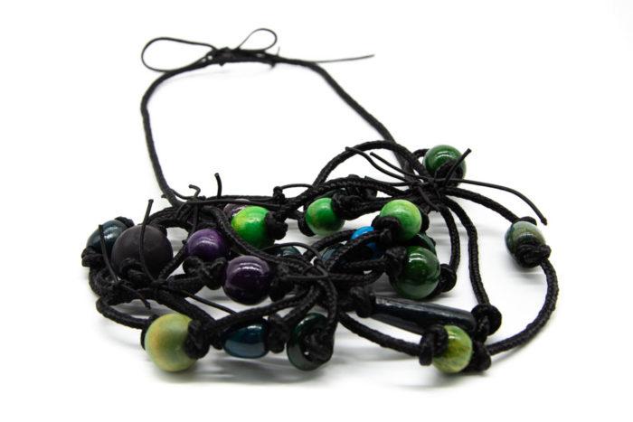 Ručno rađena ogrlica od crnog konopa i drvenih elemenata zelene, plave i ljubičaste boje
