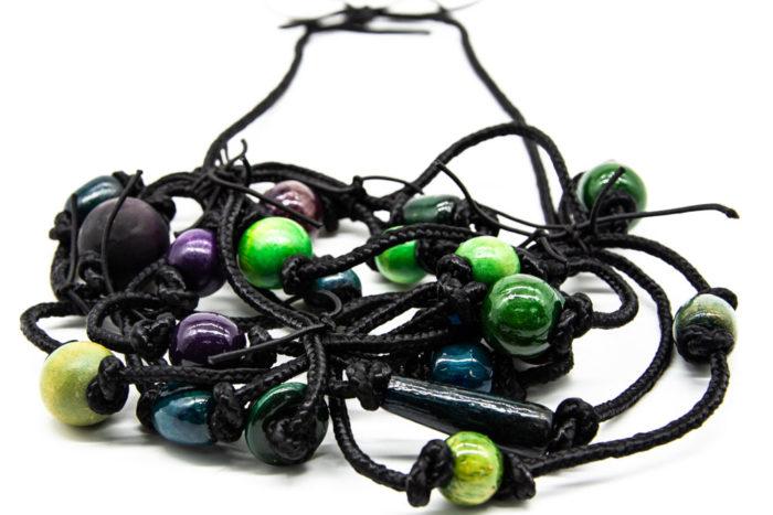 Zelene i plave kuglice na ručno rađenoj ogrlici od konopa