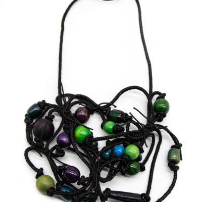Ogrlica izrađene od konopa s dodanim drvenim kuglicama hladnih boja