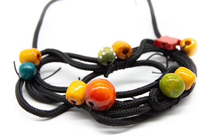 Drvene šarene kuglice na ručno rađenoj ogrlici od konopa