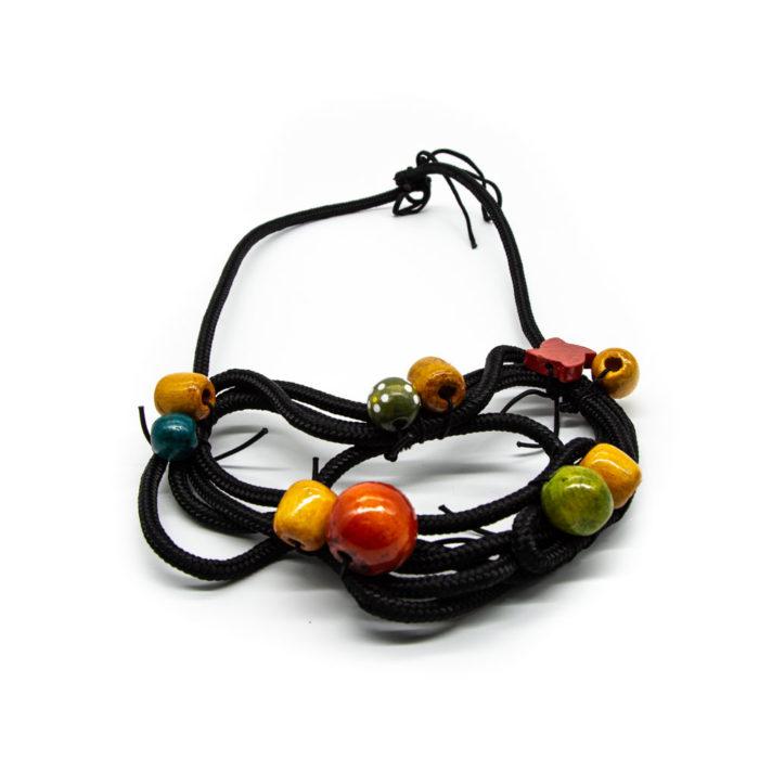 Ogrlica od crnog konopa i ručno bojanih drvenih kuglica