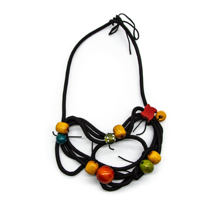 Ogrlica od konopa s drvenim šarenim elementima