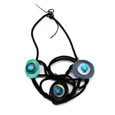 Ručno rađena ogrlica od konopa s dodanim kožnim plavim elementima i pompomima